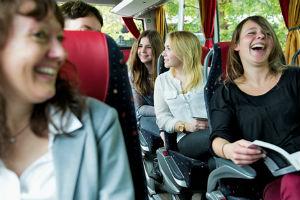 Teenager_im_Bus_lachend