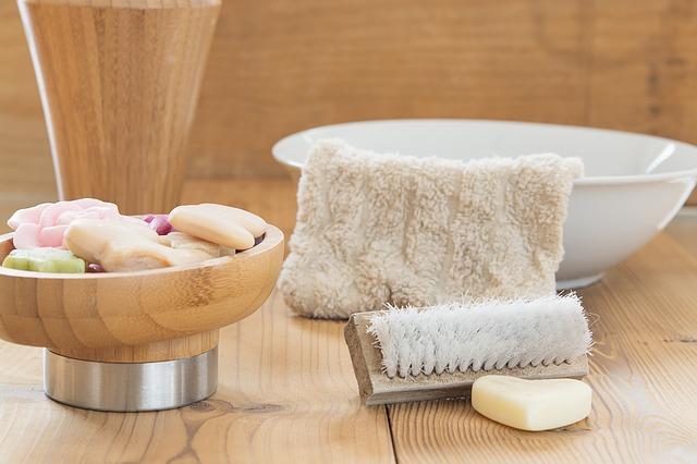 Schönes Bad mit Seife, Bürste und mehr